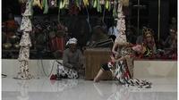 Gaya Galeong atau kayang menjadi salah satu gaya dalam Tari Topeng Losari Cirebon yang melegenda. Foto (Liputan6.com / Panji Prayitno)
