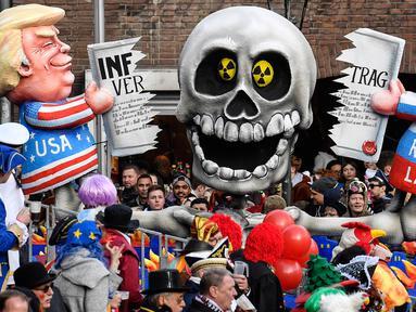 Karakter yang menggambarkan Presiden AS Donald Trump dan Presiden Rusia Vladimir Putin sedang berebut perjanjian INF memeriahkan Karnaval Rose Monday di Duesseldorf, Jerman, Senin (4/3). (AP Photo/Martin Meissner)