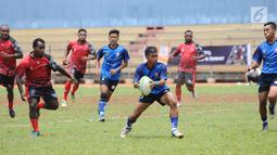 Pemain Rugby putra Lampung dan Papua saat laga pada Kejurnas Rugby 7's di GOR Soemantri Brodjonegoro, Jakarta, Rabu (25/10). Kejurnas ini diikuti tim dari 11 provinsi dan ajang seleksi pemain Timnas Rugby Indonesia. (Liputan6.com/Helmi Fithriansyah)
