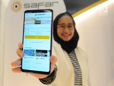 Seorang wanita menunjukkan aplikasi Safar dari telepon genggam saat soft launching di Jakarta, Kamis (2/5/2019). Peluncuran aplikasi Safar bertujuan untuk memberi akses kepada masyarakat dalam memilih biro travel terbaik secara gampang dan aman. (Liputan6.com/Angga Yuniar)