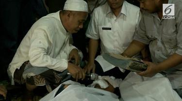 Dua orang warga Probolinggo melakukan ritual sumpah pocong karena cekcok yang tidak bisa diselesaikan. Mereka bersepakat melakukan sumpah pocong dan siap menerima akibatnya.