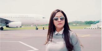 Penyanyi dan pengusaha Maia Estianty mengaku masih saja mengagumi saat dekat dengan pesawat. Hal itu terlihat dari foto di media sosialnya yang banyak foto dengan latar pesawat maupun didalam pesawat. (Instagram/maiaestiantyreal)
