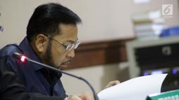 Terpidana kasus korupsi pengadaan e-KTP, Setya Novanto membaca nota permohonan peninjauan kembali saat mengikuti sidang pengajuan permohonan PK Mahkamah Agung di Pengadilan Negeri Jakarta Pusat, Rabu (28/8/2019). Sidang beragendakan pembacaan nota permohonan PK. (Liputan6.com/Helmi Fithriansyah)