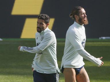 Bek Spanyol, Sergio Ramos (kanan) dan gelandang Jesus Navas melakukan pemanasan selama sesi latihan tim di Stadion NSK Olimpiyskiy, Ukraina (12/10/2020). Spanyol akan bertanding melawan Spanyol dalam  lanjutan UEFA Nations League Divisi A Grup 4 (A4). (AP Photo/Efrem Lukatsky)