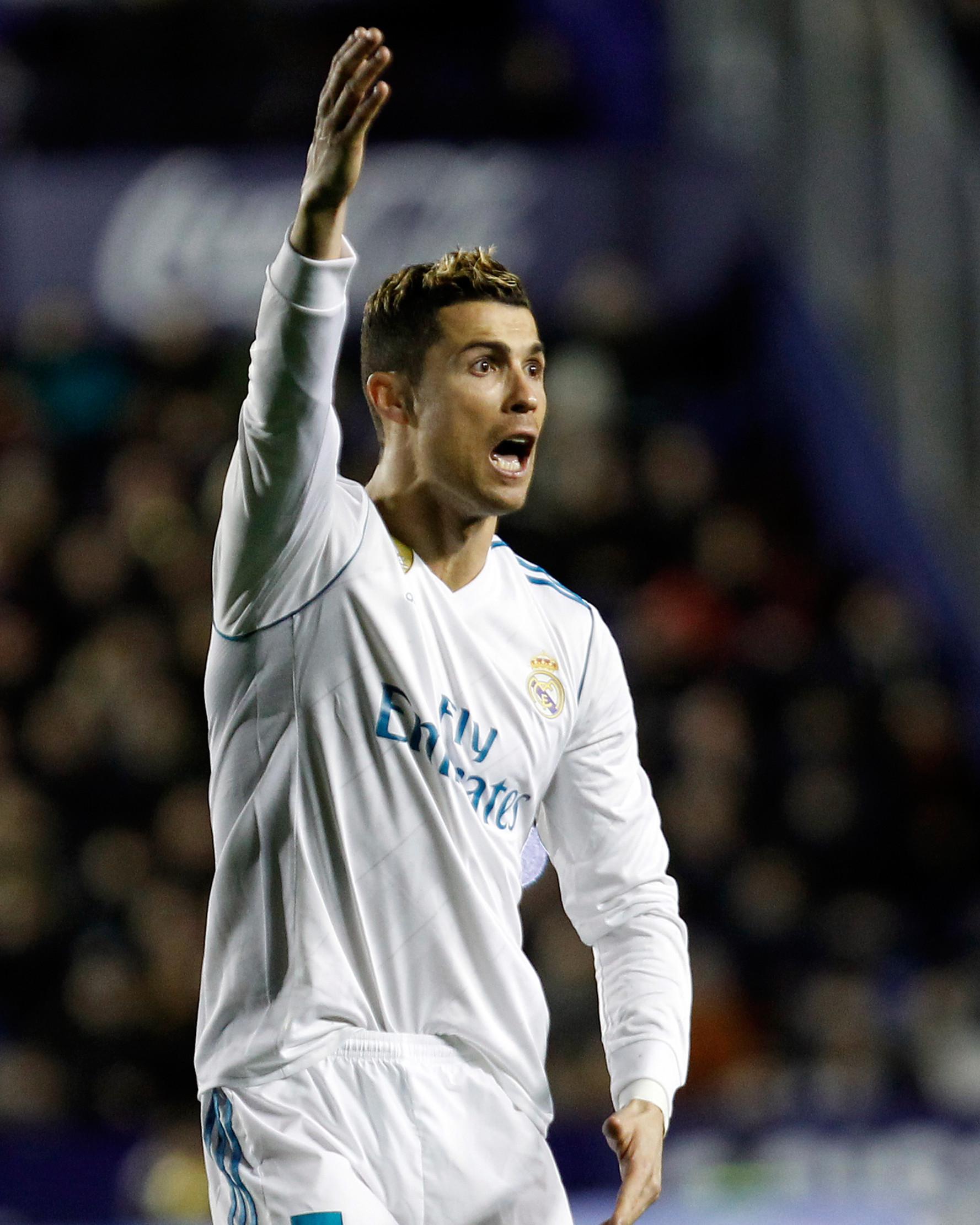 Ekspresi striker Real Madrid Cristiano Ronaldo saat melakukan protes dalam pertandingan Liga Spanyol melawan Levante  di stadion Ciutat de Valencia di Valencia (3/2). (AP Photo/Alberto Saiz)