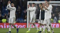Para pemain Real Madrid menyapa suporter usai mengalahkan Valencia pada laga La Liga di Stadion Santiago Bernabeu, Madrid, Sabtu (1/12). Madrid menang 2-0 atas Valencia. (AFP/Oscar Del Pozo)