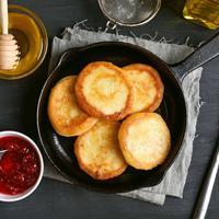 Memanggang kue atau roti pakai wajan teflon./Copyright shutterstock.com