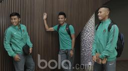 Pemain Timnas Indonesia U-22, Hanif Sjahbandi, Bayu Pradana dan Andi Setyo jelang keberangkatan ke Kamboja di Jakarta, Senin (05/06/2017). Timnas Indonesia U-22 akan menghadapi laga uji coba melawan Kamboja pada 8 Juni 2017. (Bola.com/M Iqbal Ichsan)