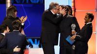 """Christian Bale (kedua kanan) saat berciuman dengan Adam McKay diatas panggung Choice Critics ke-21 di Santa Monica , California, (17/1). Kejadian ini saat Adam McKay memenangkan komedi terbaik """"The Big Short"""". (REUTERS / Mario Anzuoni)"""