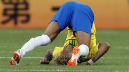 Striker Brasil, Neymar, terjungkal saat pertandingan melawan Swiss pada laga Piala Dunia di Stadion Rostov, Rusia, Senin (17/6/2018). Dilanggar sebanyak 10 kali membuat Neymar masuk rekor di Piala Dunia. (AP/Darko Vojinovic)