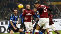 Striker AC Milan, Zlatan Ibrahimovic, mencetak gol ke gawang Inter Milan pada laga Serie A di Stadion San Siro, Minggu (9/2/2020). Inter Milan menang 4-2 atas AC Milan. (AP/Antonio Calanni)