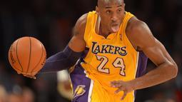 Aksi Kobe Bryant saat pertandingan LA Lakers melawan Portland Trail Blazers dalam laga basket NBA di Staples Center, Los Angeles, California, AS, (28/12/2012). (AFP/Joe Klamar)