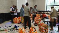 Penimbangan koper bagasi jemaah haji Indonesia mulai berlangsung pada Kamis (15/8/2019). Liputan6.com/Nurmayanti