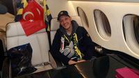 Gelandang Jerman, Mesut Ozil berpose di dalam jet pribadi setibanya di Bandara Ataturk di Istanbul (18/1/2021). Ozil diketahui menuntaskan kontraknya di Arsenal yang masih tersisa sampai musim panas alias pada bulan Juni mendatang. (AFP/Fenerbahce.Org)