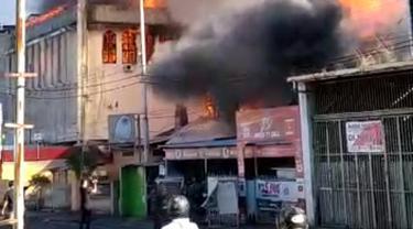 Ada 3 gedung yang dilalap si jago merah, salah satunya adalah kantor Persatuan Wartawan Indonesia (PWI) Sulut.