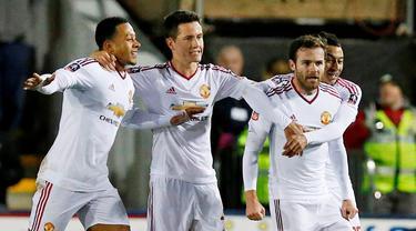 Pemain Manchester United menyambut Juan Mata setelah mencetak gol ke gawang Shrewsbury Town pada putaran kelima Piala FA di Stadion Greenhous Meadow, Shrewsbury, Selasa (23/2/2016) dini hari WIB. (Reuters/Andrew Yates)