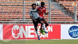 Seringkali pemain kedua pemain Maladewa dan Papua Nugini terlibat duel udara (Liputan6.com/Helmi Fithriansyah)