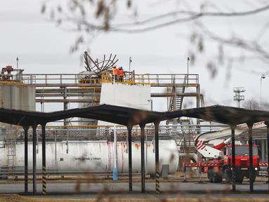 Petugas pemadam kebakaran berada di lokasi ledakan yang melanda sebuah pabrik kimia di kota Kralupy nad Vltavou, Republik Ceko, Kamis (22/3). Ledakan menyebabkan setidaknya enam orang tewas dan beberapa mengalami luka serius. (AP Photo/Petr David Josek)