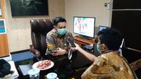 Wakil Bupati Rembang, Bayu Andriyanto mengabarkan satu pasien positif virus corona asal Rembang yang dirawat isolasi di RSUD Wongsonegoro Semarang dinyatakan sembuh. (Liputan6.com/ Ahmad Adirin)