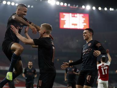 Striker Manchester City, Gabriel Jesus (kiri), melakukan selebrasi usai mencetak gol pertama timnya ke gawang Arsenal dalam laga perempatfinal Piala Liga Inggris Carabao Cup di Emirates Stadium, London, Selasa (22/12/2020). Manchester City menang 4-1 atas Arsenal. (AFP/Adrian Dennis)