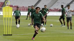 Pemain Timnas Indonesia, Irfan Bachdim, menendang bola saat latihan jelang laga kualifikasi Piala Dunia 2022 di SUGBK, Jakarta, Senin (9/9). Indonesia akan berhadapan dengan Thailand. (Bola.com/M Iqbal Ichsan)
