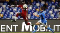 Penyerang Liverpool, Sadio Mane, mengontrol bola saat melawan Napoli pada laga Liga Champions di Stadion San Paolo, Selasa (17/9/2019). Napoli menang 2-0 atas Liverpool. (AP/Gregorio Borgia