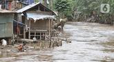 Aktivitas warga di bantaran Kali Ciliwung, Manggarai, Jakarta, Rabu (19/2/2020). Gubernur DKI Jakarta Anies Baswedan memperkenalkan istilah naturalisasi sungai sebagai pengganti normalisasi, namun proyek tersebut tidak terealisasi hingga saat ini. (merdeka.com/Iqbal Nugroho)