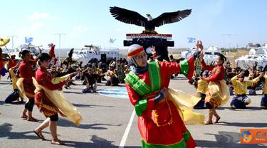 Citizen6, Lebanon: Dalam meramaikan gelar tarian nusantara tersebut, reporter video UNIFIL Miss Hadierr turut serta menari bergabung dengan para penari lainnya, setelah beberapa saat sebelumnya belajar singkat menari. (Pengirim: Badarudin Bakri)