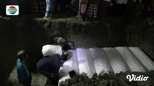 Tujuh jasad korban kecelakaan maut antara minibus dan bus di Boyolali, Jawa Tengah, dimakamkan satu liang lahat.