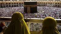 Umat muslim melakukan tawaf keliling Kabah selama menjalani ibadah umrah di Masjidil Haram, Mekkah, 4 Mei 2018. Banyak umat muslim yang menyambut bulan Ramadan dengan menjalankan ibadah umrah ke tanah suci. (AP Photo/Amr Nabil)
