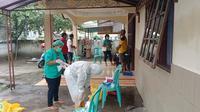 Satgas Covod-19 Kabupaten Sikka, Melakukan tracing dan tes cepat antigen terhadap warga yang melakukan kerumunan kunker Presiden RI. (Liputa6.com/ Dionisius Wilibardus)