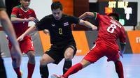 Penggawa Timnas Futsal Indonesia, Subhan Faidasa, memperebutkan bola dengan pemain Thailand dalam laga SEA Games 2017. (Bola.com/KL 2017)