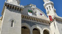 Kondisi bagian depan Masjid Ketchaoua atau Katsyawah yang berada di distrik Casbah, Aljir, Aljazair, Rabu (15/11). Setelah mengalami renovasi yang cukup lama, masjid ini siap dibuka kembali untuk umum. (AFP Photo/Ryad Kramdi)
