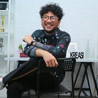 """Penyanyi Kunto Aji berpose seusai rilis single di kawasan Kemang, Jakarta, Kamis (23/11). Kunto Aji merilis single yang berjudul """"Konon Katanya"""". (Liputan6.com/Herman Zakharia)"""
