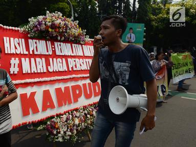 Aktivis berorasi di hadapan rekan-rekannya saat melakukan aksi damai save KPU di depan Kantor Komisi Pemilihan Umum (KPU), Jakarta, Selasa (21/5/2019). Dalam aksinya mereka menyerukan pentingnya menjaga persatuan. (merdeka.com/Imam Buhori)