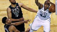 Aksi pemain Boston Celtics, Al Horford (42) melakukan dunks saat melawan Milwaukee Bucks pada laga playoffs NBA basketball di TD Garden, Boston, (24/4/2018). Celtics menang  92-87. (AP/Charles Krupa)