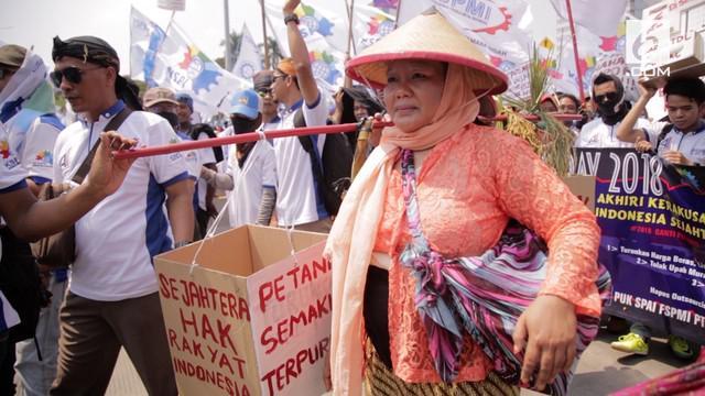 Demo hari buruh diikuti dengan memakai kostum petani. Buruh juga ikut memperjuangkan nasib petani Indonesia melalui tuntutannya.