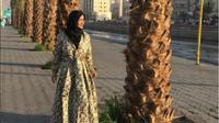 Julia Perez memakai busana muslim glamor yang meneduhkan saat umrah Januari 2017 (Foto: instagram Julia Perez)