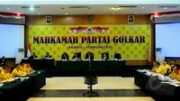 Partai Golkar menggelar Sidang Mahkamah Partai di Kantor DPP Partai Golkar, Jakarta, Rabu (25/02/2015).  Mahkamah digelar untuk mendamaikan dua kubu yang berbeda di tubuh Partai Golkar. (Liputan6.com/Andrian M Tunay)