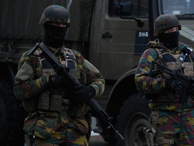 Tentara Belgia melakukan penjagaan di dekat Bandara Zaventem, Brussels, Belgia, (23/3). Sehari setelah serangan teror yang melanda kota Belgia, Petugas keamanan berjaga ketat dsekitaran lokasi. (JOHN THYS / AFP)