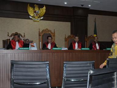 Terdakwa penerima suap, Sudiwardono jelang menjalani sidang putusan di Pengadilan Tipikor, Jakarta, Rabu (6/6). Mantan Ketua Pengadilan Tinggi Manado ini dinyatakan bersalah, dihukum enam tahun penjara, denda Rp 300 juta. (Liputan6.com/Helmi Fithriansyah)