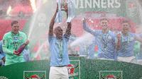 Manchester City berhasil menjuarai Carabao Cup 2020/21 usai menundukkan Tottenham Hotspur dengan skor tipis 1-0 dalam duel pemungkas di Wembley Stadium, Minggu (25/4/2021). (AFP/Carl Recine)