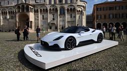Mobil sport Maserati MC20 ditampilkan di Piazza Grande, Modena, Italia, Kamis (10/9/2020). Mobil mewah pabrikan Italia ini dapat berakselerasi dari 0-100 kpj kurang dari 2,9 detik, dengan kecepatan tertinggi yang lebih dari 325 kpj. (Miguel MEDINA/AFP)