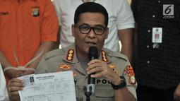 Kabid Humas Polda Metro Jaya Kombes Pol Argo Yuwono menunjukkan barang bukti saat rilis kasus penipuan di Mapolda Metro Jaya, Jakarta, Senin (28/1). (Merdeka.com/Iqbal S. Nugroho)