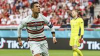 Pemain Portugal Cristiano Ronaldo berselebrasi usai mencetak gol keduanya ke gawang Hungaria dalam laga Grup F Piala Eropa 2020 di Stadion Ferenc Puskas, Budapest, Selasa, 15 Juni 2021. (Bernadett Szabo/Pool via AP)