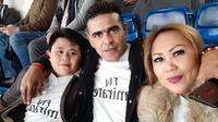 Cristian Gonzales bersama sang istri, Eva Gonzales, dan putra mereka saat liburan di Eropa. (Bola.com/Dok. Pribadi)