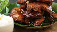 Penasaran dengan cara membuat masakan Indonesia favorit ayam panggang kecap? Simak di sini. (Foto: Kokiku Tv)