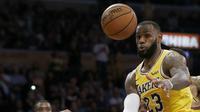 Aksi LeBron James saat Lakers kalahkan Nuggets pada laga NBA (AP)
