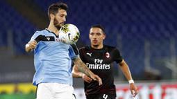 Pemain Lazio, Luis Alberto, mengontrol bola dengan dada saat melawan AC Milan pada laga Serie A di Stadion Olympic, Roma, Sabtu (4/6/2020). Lazio takluk 0-3 dari AC  Milan. (AP/Riccardo De Luca)