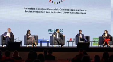 Gubernur DKI Jakarta Anies Baswedan (tengah) saat menjadi pembicara dalam Urban 20 (U20) Global Summit di Buenos Aires, Argentina. Acara ini dihadiri para pemimpin 25 kota utama dari negara-negara anggota G20. (Liputan6.com/Pool/Pemprov DKI Jakarta)